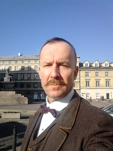 """Konrad Pawicki wciela się w postać """"Władysława Hasefera"""" w serialu fabularnym """"Drogi wolności"""""""
