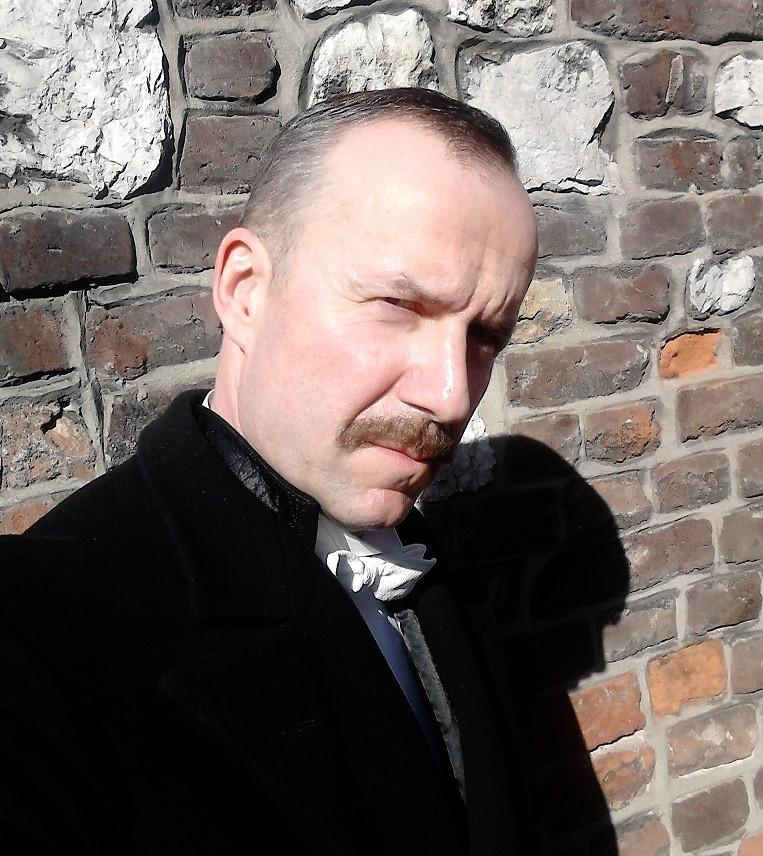 """Konrad Pawicki jako """"Władysław Hasefer"""" w serialu fabularnym """"Drogi wolności"""""""