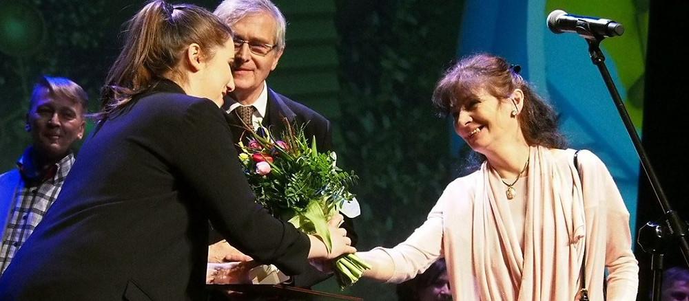 Malwina Czekaj odebrała Nagrodę im. Leona Schillera z rąk Olgierda Łukaszewicza.