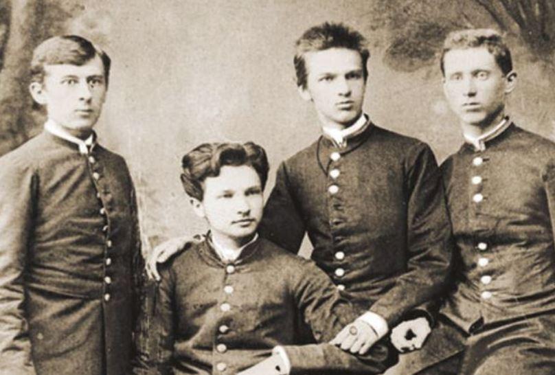 Józef Piłsudski (trzeci od lewej) w 1985 roku