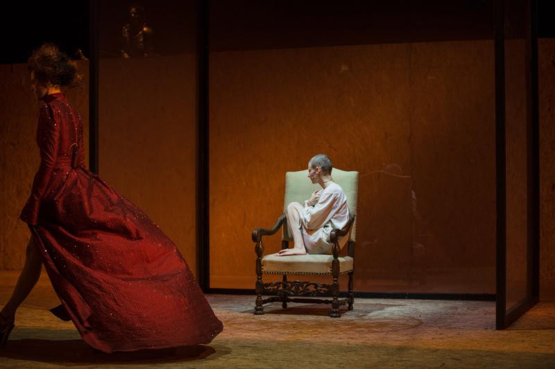 """Dorota Androsz jako """"Królowa matka"""" w spektaklu """"Śmierć białej pończochy"""""""