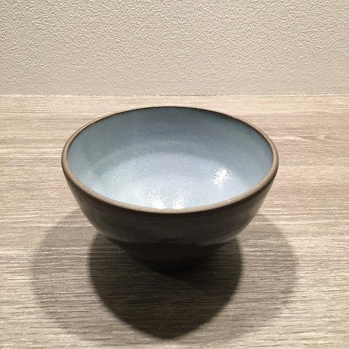 Lyseblå skål i sort ler