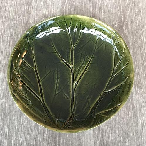 Pinjegrønt fad med bladaftryk