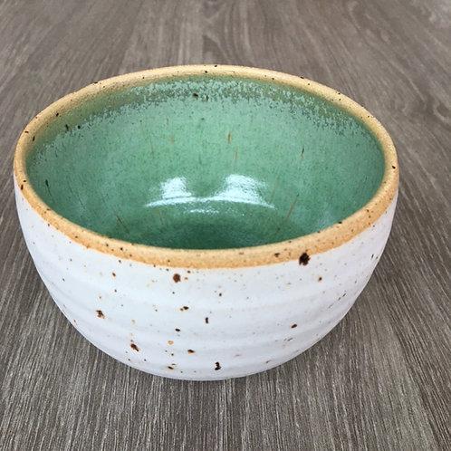 Kobbergrøn keramikskål på lava-ler