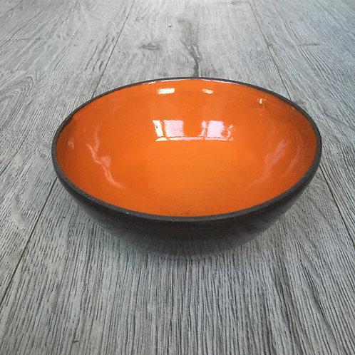 Orange skål i sort ler