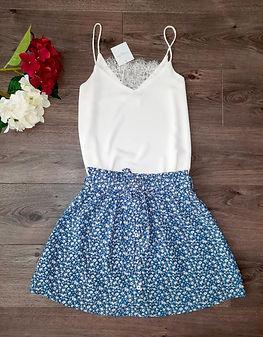 débardeur blanc et jupe bleu.jpg