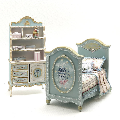 shelving unit for hand-painted child's room with motifs of air balloons