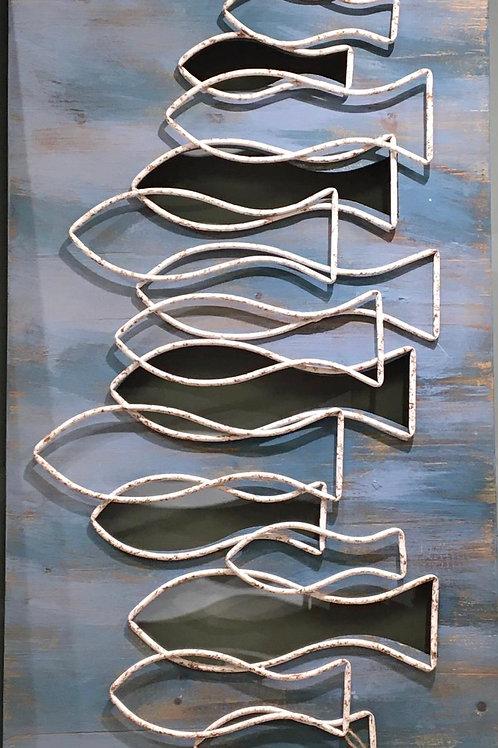Cuadro de peces sobre madera azul y peces en metal blanco