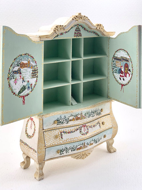 Hand painted wardrobe in green tones with Christmas motifs, it is painted on the