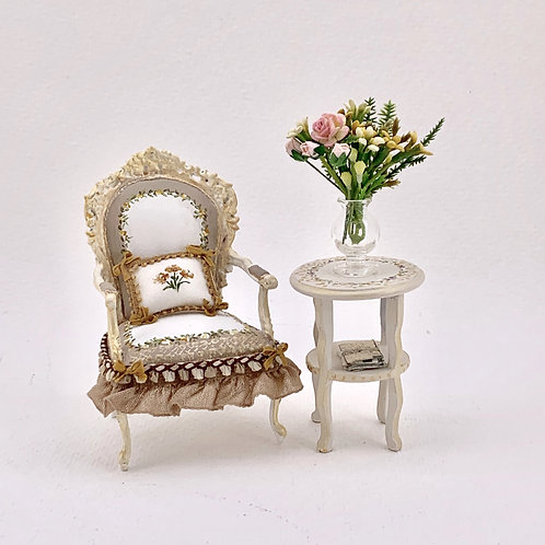 Individual armchair with arms painted by hand in white and beige tones, silk tri