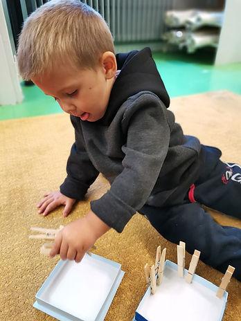 ecole - atelier Montessori - pinces à l