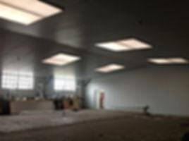 Plaatsen van lichtkoepels en montage van brandveilige isolatie