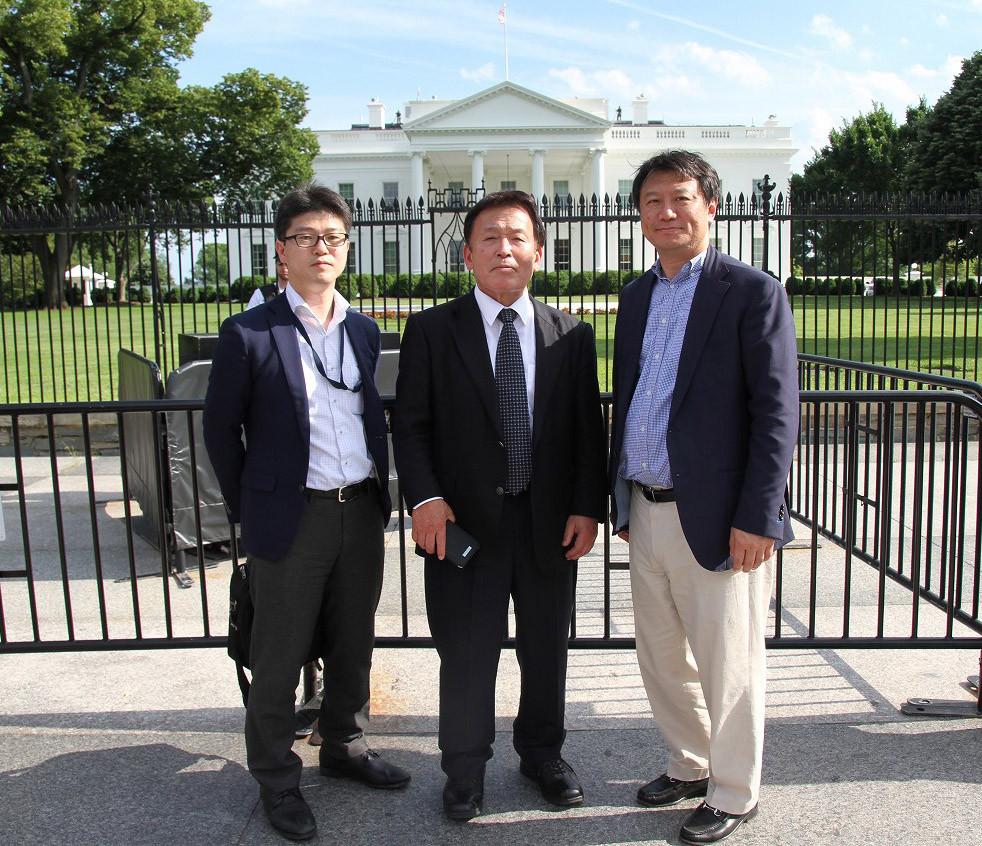 ホワイトハウス前で