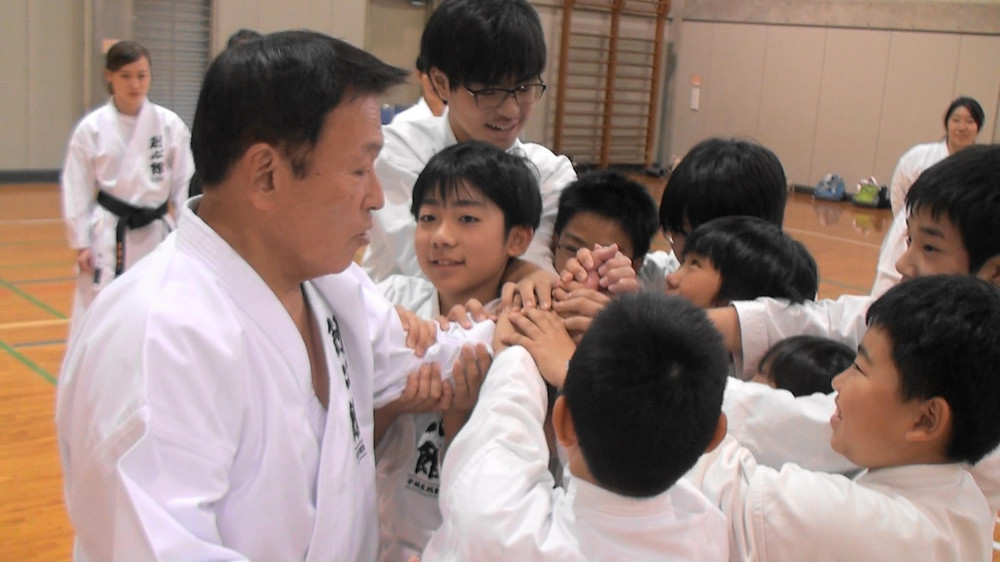 塾長の指導を受ける子供達。