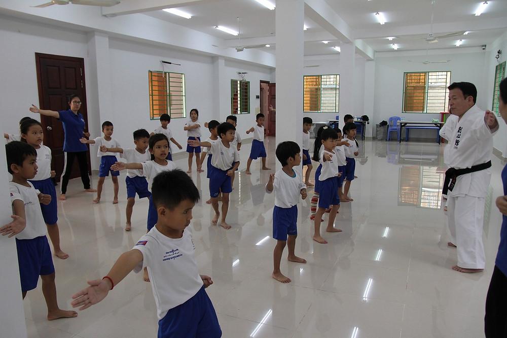 ナイファンチンの型を稽古する小学校1年生たち