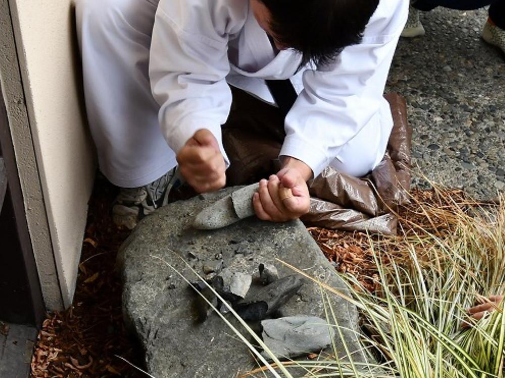 子供達に石は誰にでも割れる