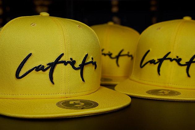 Dzeltena cepure  ar melnu uzrakstu // Latvietis