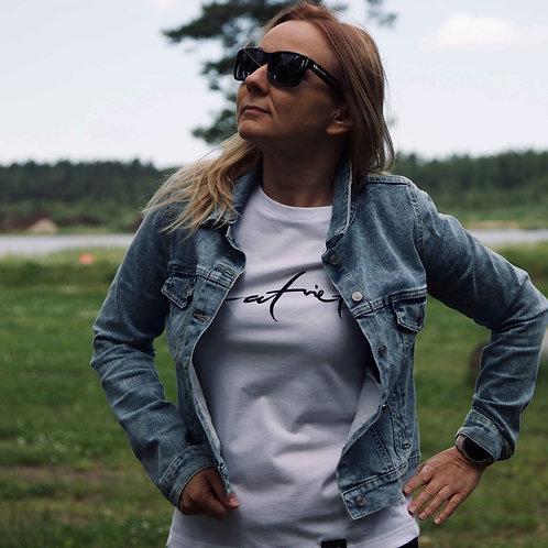 Latviete   Sieviešu kokvilnas T-krekls (balts)