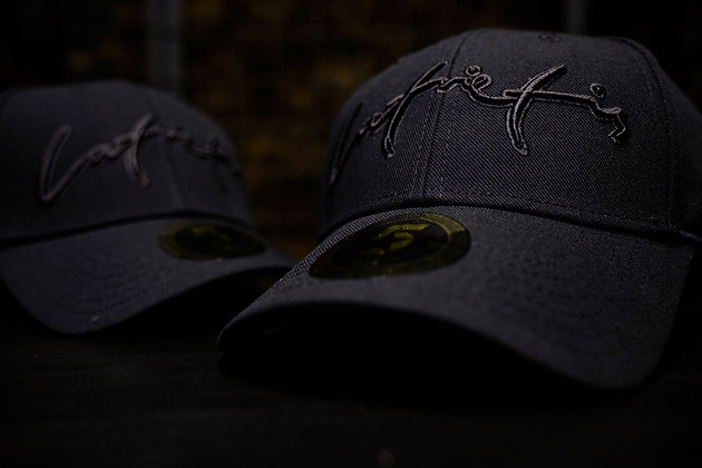 Melna cepure ar melnu uzrakstu // Latvietis