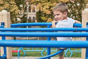 Junge am Spielplatz