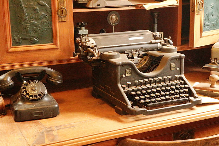 typewriter-3896626_1920.jpg