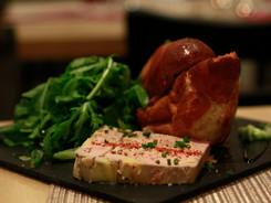 Foie gras au cacao & piquillos, brioche maison
