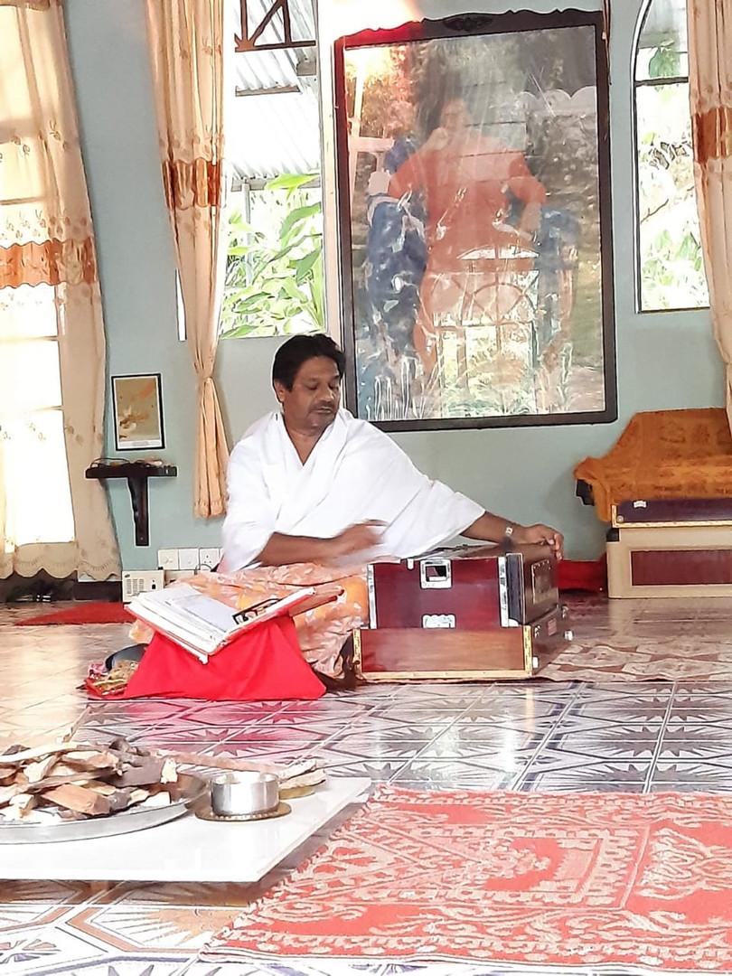 Swami à l'harmonium