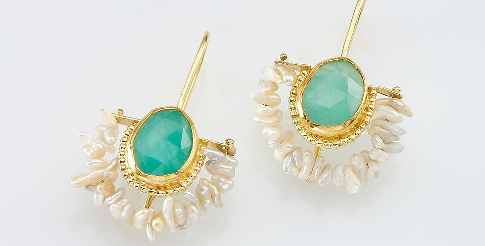 Dangling Emeralds earrings with pearls