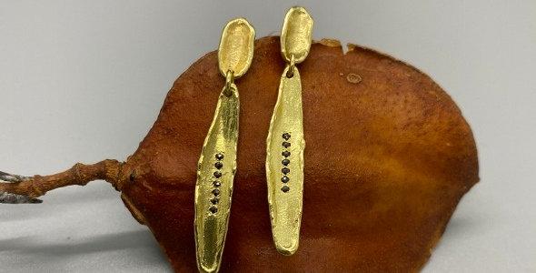 Long earrings withblack diamonds