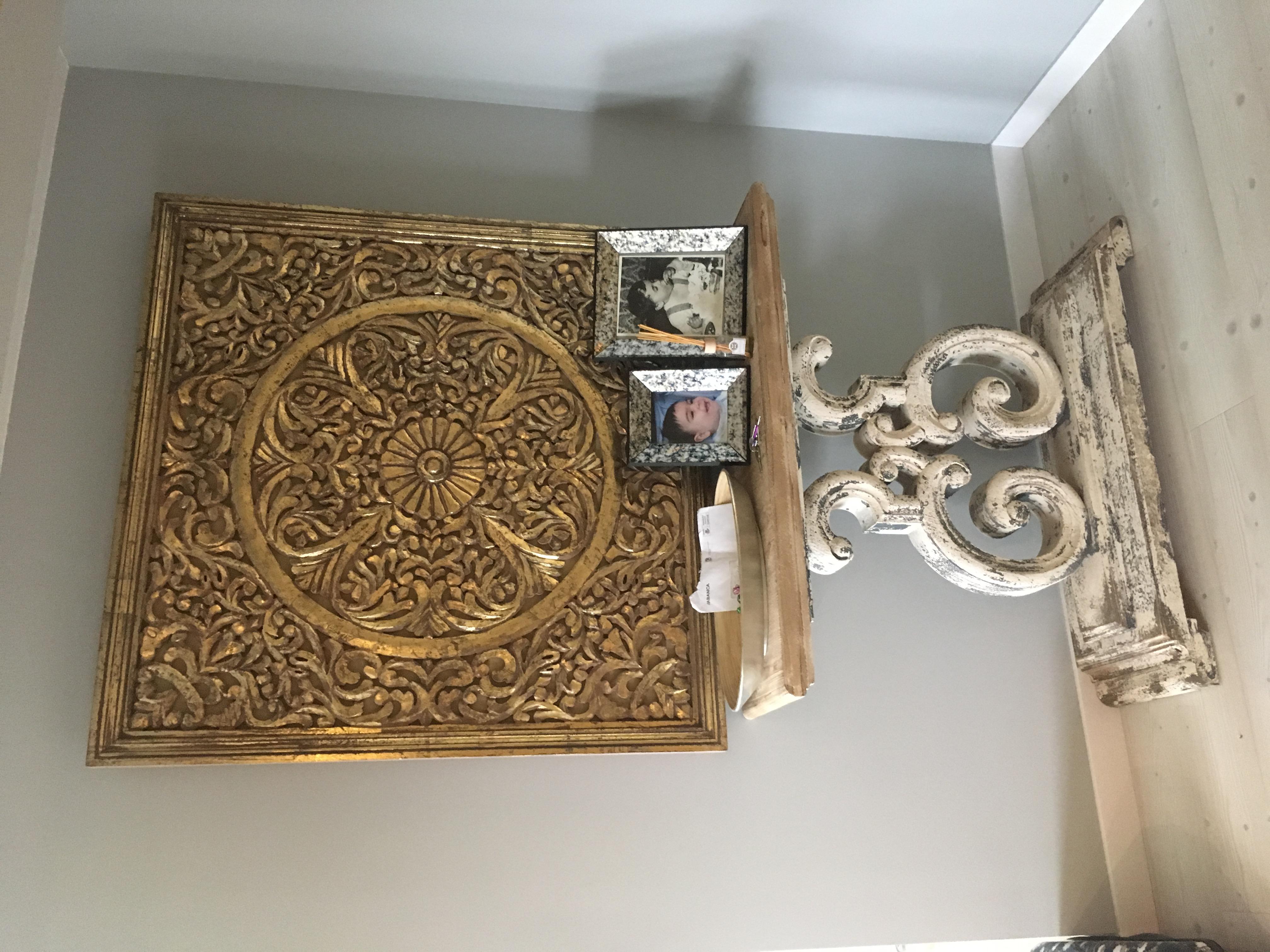 Hall con mueble y talla de madera