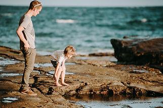 vader en kind aan zee.jpg