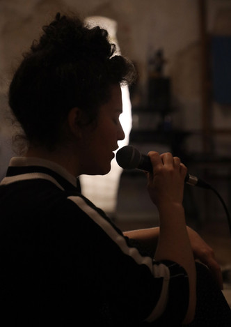 Maya Pennington, singer
