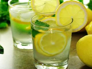 Benefici del limone: berlo al mattino è meglio di un bagno rigenerante