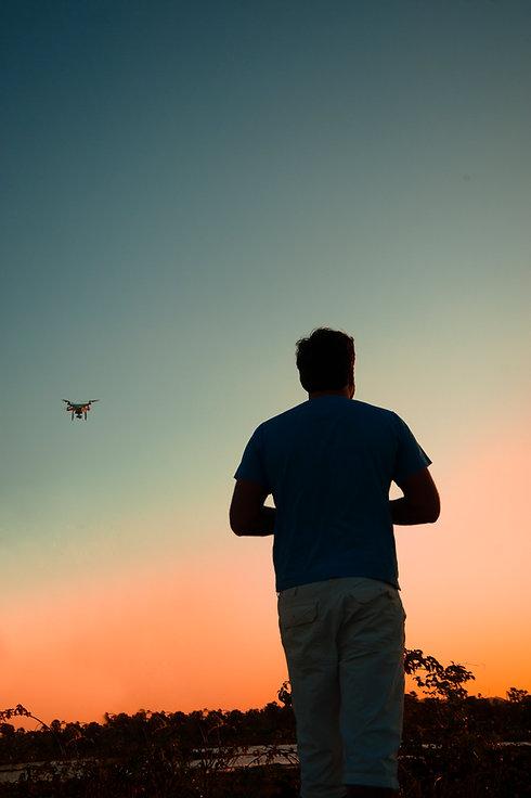 Fotografia aérea com drone no fim de tarde