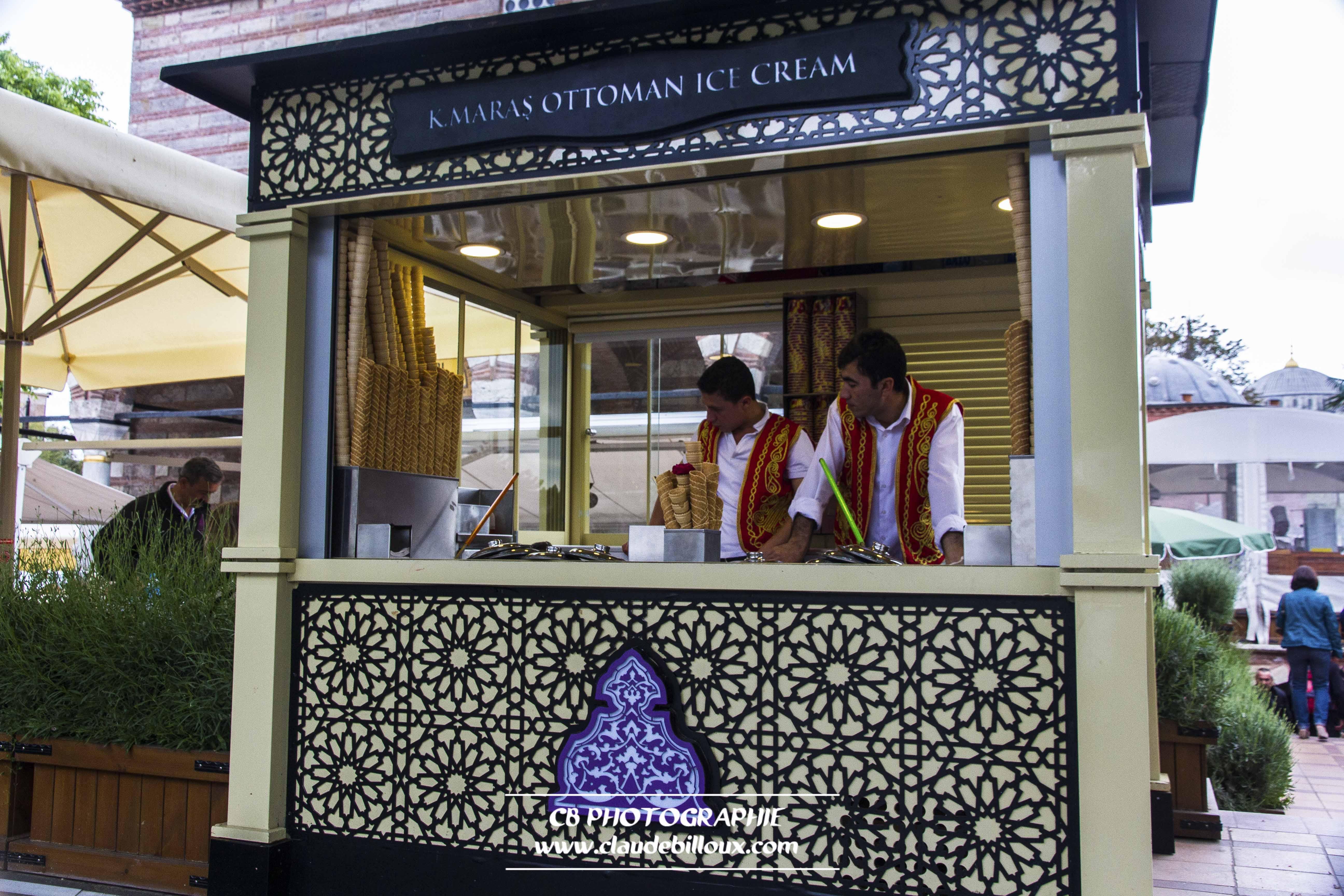 Marchande de glaces en costume