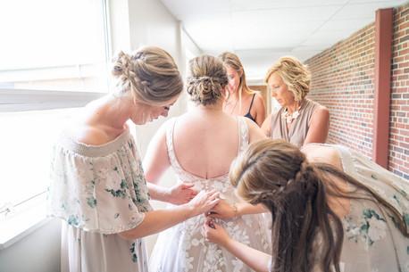 Indianapolis Wedding Photographer Emma Males - bridemsaids zipping dress