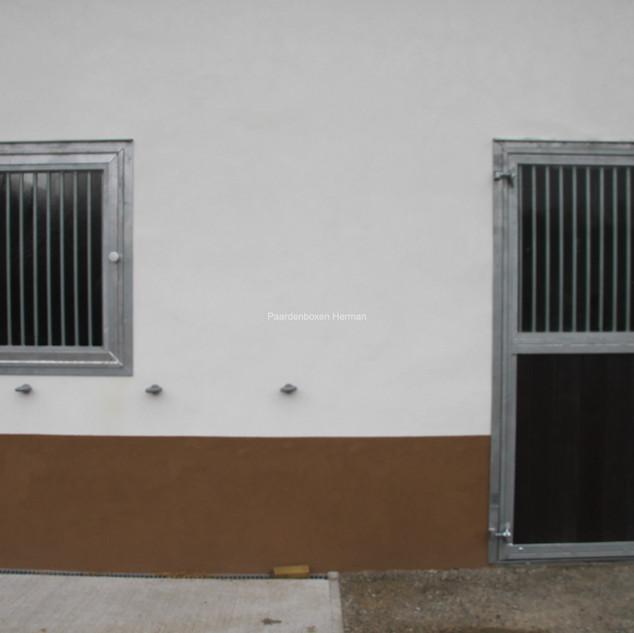 Opendraaiend raam en deur met kruk en slot, allebei voorzien van veiligheidsglas en uitneembare tralies