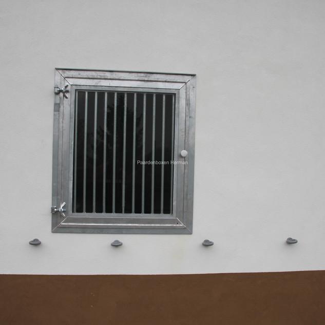 Opendraaiend raam met veiligheidsglas en uitneembare tralies