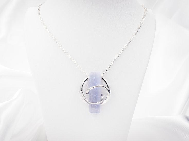 Moda large blue stone pendant