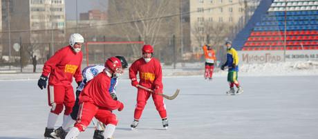 Матч по хоккею с мячом среди ветеранов