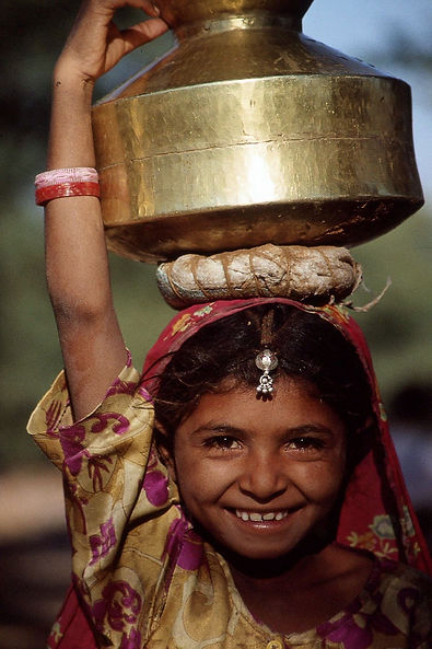 Girl-carrying-water-in-India-compressor.