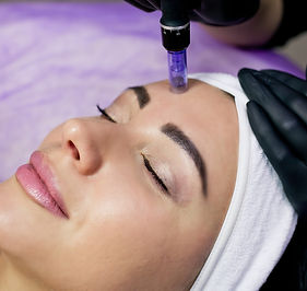 beautician-makes-injections-into-forehea