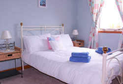 Main_Bedroom_Lingay_Cottage