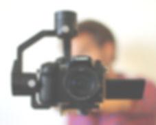 Nicolas Midavaine gérant de la société Edito Prod, agence de communication vidéo basée à Nantes, est en arrière-plan flou. Il tient à bout de bras un stabilisateur sur lequel est fixé un appareil photo GH4.