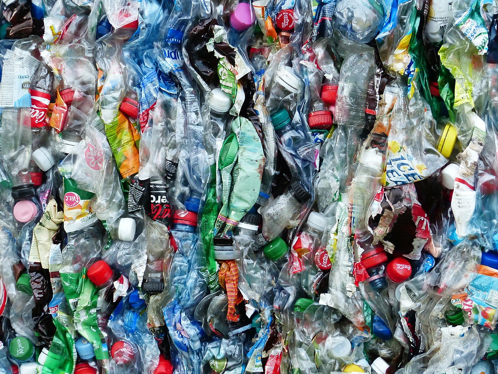 Tumpukan botol plastik siap untuk didaur ulang