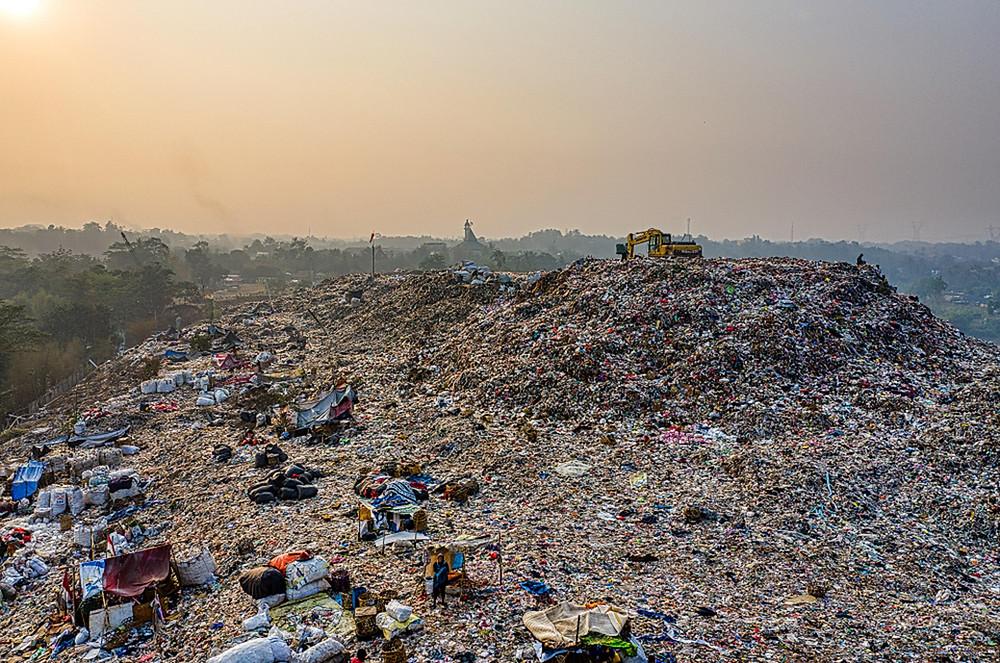 Tumpukan sampah di Tangerang Selatan, Indonesia.