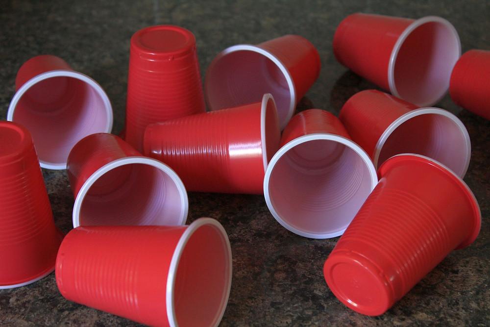 Gelas plastik merah