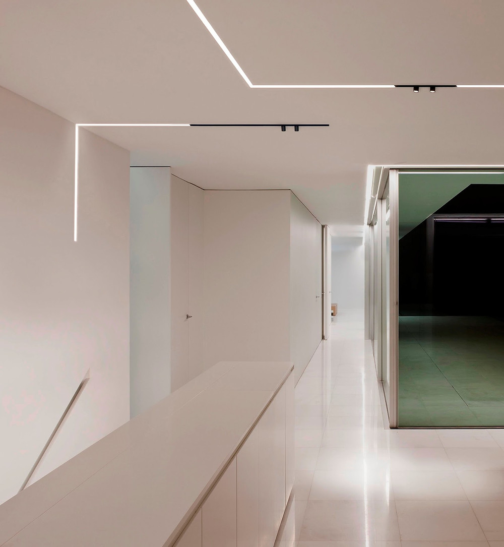 THE RUNNING MAGNET_design FLOS Architectural