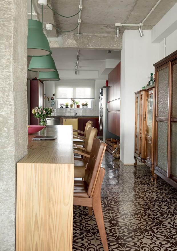 apartamento-decoracao-estudio-vitor-penha-estilo-industrial-concreto-aparente-mesa-cadeiras