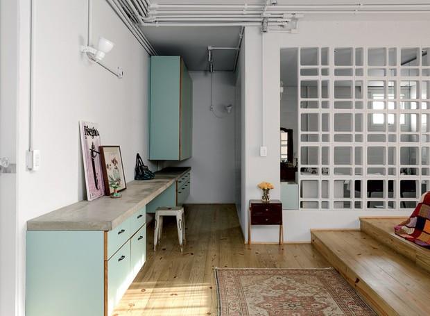 apartamento-decoracao-estudio-vitor-penha-estilo-industrial-concreto-aparente-qaurto-cobogo
